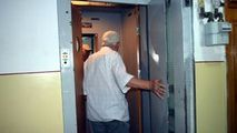 Coșmarul locatarilor unui bloc cu 9 etaje: Liftul stă oprit de 24 de ani