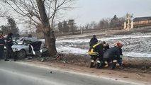 BMW, oprit în copac la Sângerei: Un mort și 2 răniți. Primele imagini