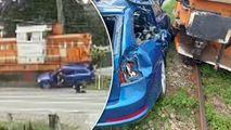 Două persoane, filmate cum se salvează sărind din mașina lovită de tren