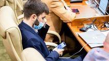 Cel mai tânăr deputat din Parlament, surprins jucându-se în telefon