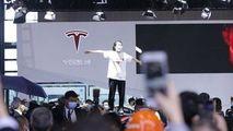 O femeie a urcat pe o maşină din standul Tesla şi a început să strige