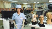 Echipa care a creat robotul Sophia arată prototipul asistentei medicale