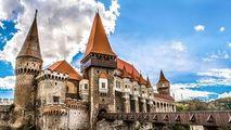 Castelul Corvinilor caută investitori: Ce vor să construiască acolo