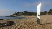 Un alt monolit din metal a apărut pe o plajă din Costa Brava