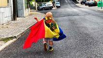 Imaginea zilei: Un băiețel, cu drapelul Republicii Moldova în spate