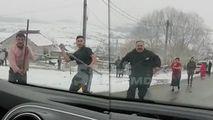 România: Un echipaj de poliție, atacat cu pietre și bâte într-o comună