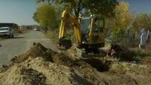 România cedează în fața COVID: Mormintele, săpate cu excavatorul