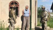 Un preot din Ucraina transforma pistoale traumatice în arme de foc