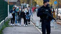 Un bărbat care se plimba cu o macetă pe străzile Parisului, arestat