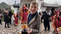 Emilian Crețu, filmat cum întâmpină urătorii în ajun de Sfântul Vasile