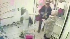 Atac cu toporul, filmat într-un magazin din Moscova: Sunt 2 răniți