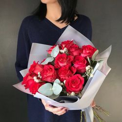 Buchet de Trandafiri roşii cu eucalipt şi brunie